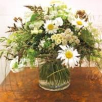 Hledáte vhodný dárek pro nadcházející návštěvu známých? Naaranžujte jim kytici z vlastní zahrady!