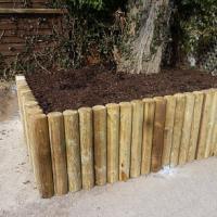 Návod na zajištění svahu v zahradě či vytvoření nadzemního záhonu pomocí dřevěných palisád
