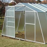 V únoru je čas na aplikaci dusíkatého vápna ve skleníku a následně také na záhonech!