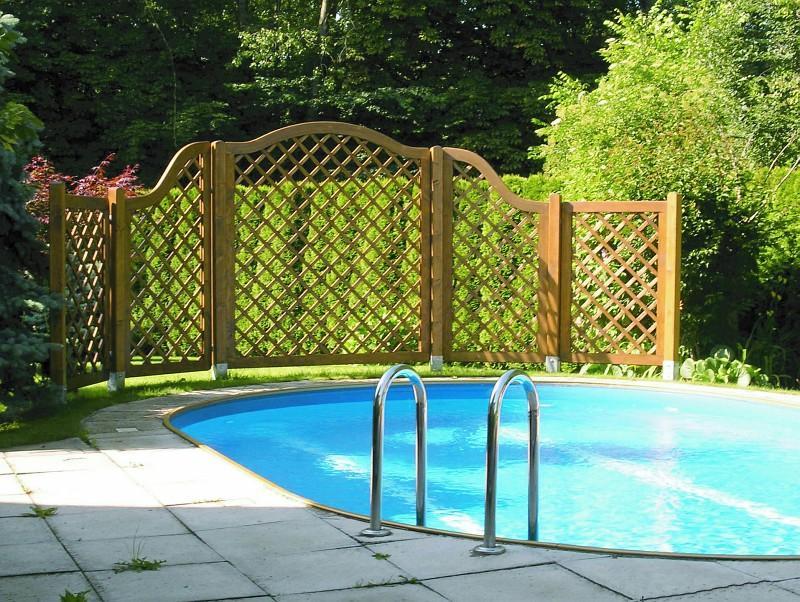 Dekorativní mříže jako zástěna u bazénu
