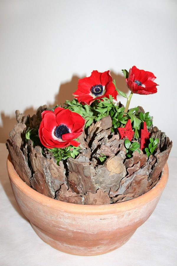 Úlomky kůry stačí napíchat do aranžovací hmoty v květináči a celé pak přizdobit květy