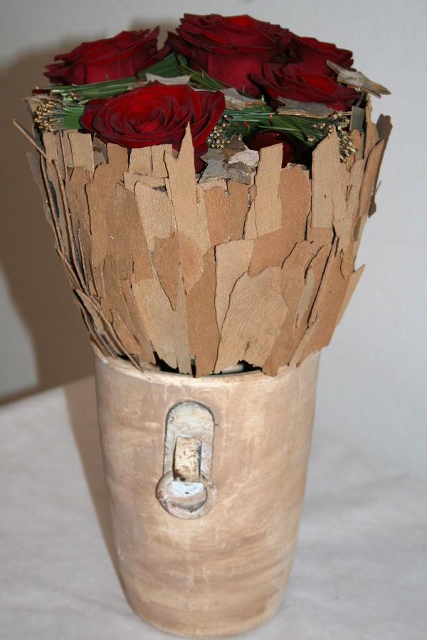 Kůra z platanu vytváří zajímavou strukturu k rudým růžím