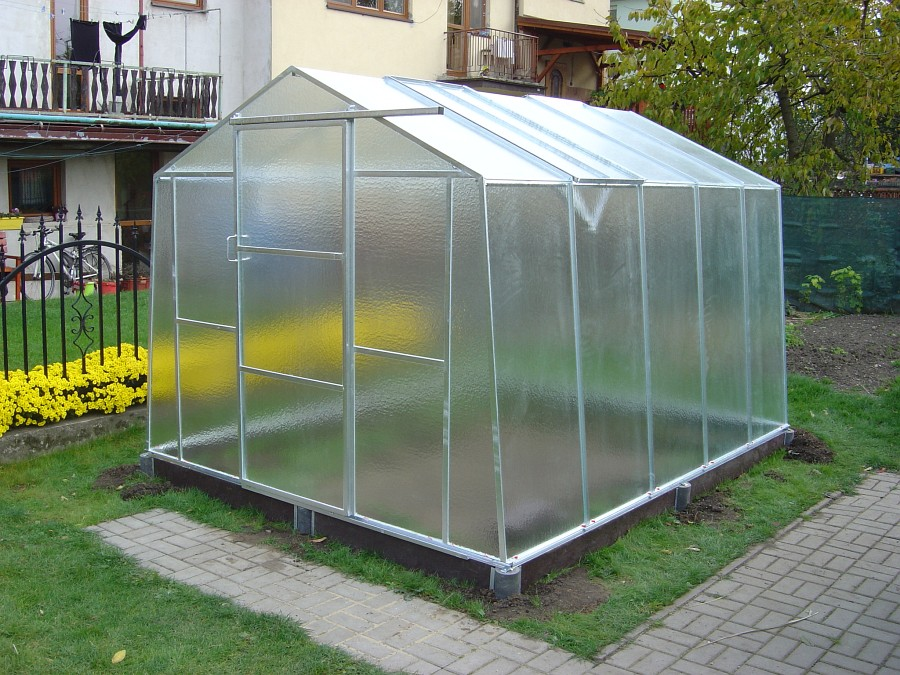 Ke skleníku je dobré vybudovat zpevněnou přístupovou cestu, podezdívku mít nemusí