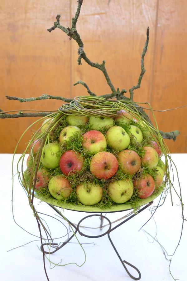 Působivá dekorace z mechu, jablíček a jabloňové větve