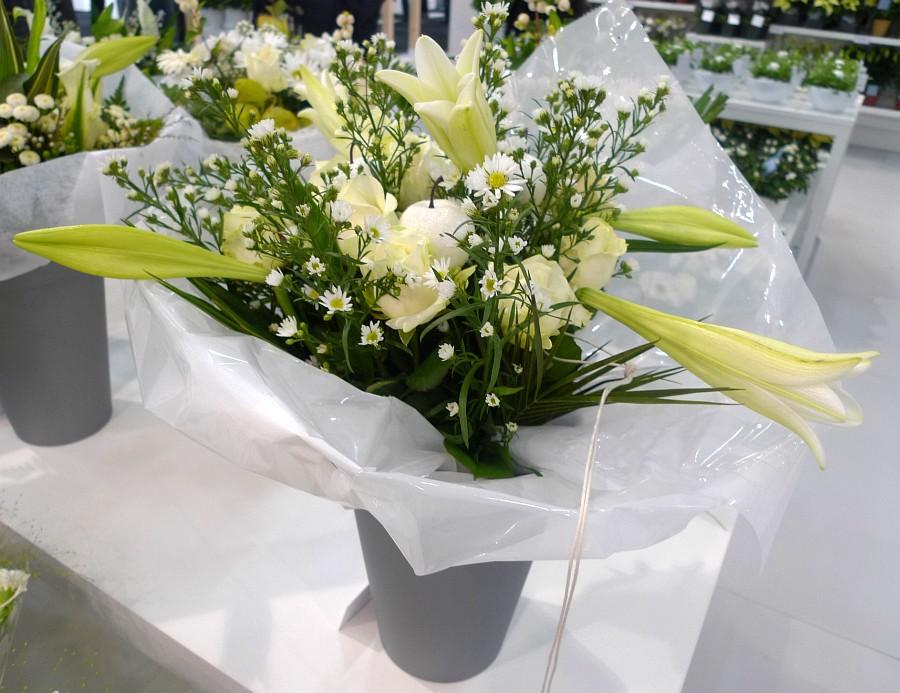 Zelenobílá kytice má zimní nádech