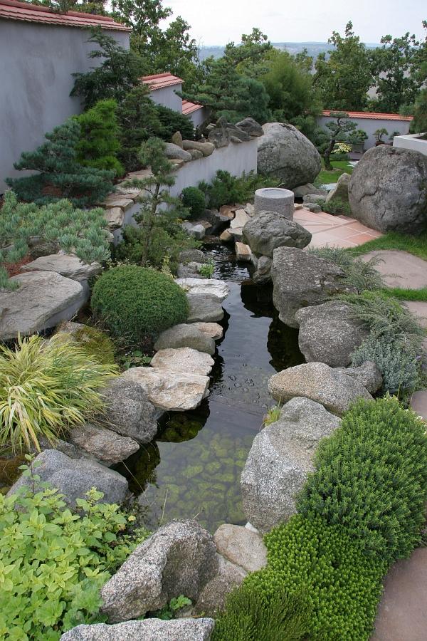 Koryto potoka vede vodu dolů do spodní části zahrady
