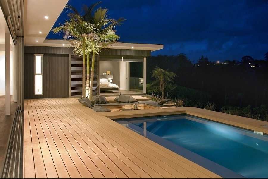 myslenku-postavit-kolem-koupacich-bazenu-terasu-z-tropickeho-dreva-si-leckdy-privazime-z-dovolene